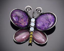 Jedinečná ručne brúsená a leptaná brošňa - fialový motýľ