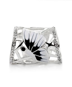 Sponu tvoria dva nádherné motýľe s bielou glazúrou.