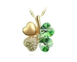 Luxusný prívesok v tvare štvorlístka v zelenej farbe