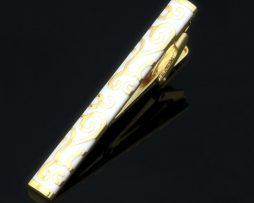 Pánska-kravatová-spona-je-v-zlato-čiernej-farbe