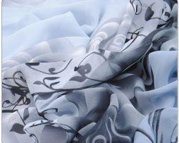 Elegantný dámsky šál so vzorom kvetín v sivej farbe