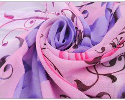 Elegantný dámsky šál so vzorom kvetín v ružovo-fialovej farbe