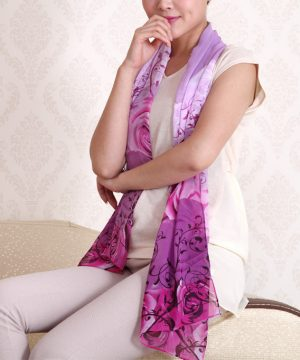 Elegantný dámsky šál so vzorom kvetín v ružovej farbe