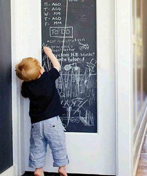 Nálepky na stenu sú čoraz častejšou dekoráciou domova nejednej rodiny. Ich výhodami sú jednoduchá aplikácia, nízka cena a zároveň dlhá trvácnosť. Ak sa nálepka náhodou časom zunuje, alebo nehodí, stačí ju jednoducho odlepiť a aplikovať opäť na inom mieste v byte. Nálepka je samo-lepiaca s aplikáciou trvácneho lepidla, ktoré umožní trvalé pôsobenie aj na nerovnom či hrboľatom povrchu. Vďaka kvalitnému PVC materiálu a zmesi farieb sa stáva nálepka trvácnou a farbu nezmení ani po rokoch. Samolepiaca tabuľa je jedinečný spôsob ako popustiť kreativite deťom a motivovať ich k nej. Je vhodná na akékoľvek miesto a dieťaťu tým zaručíte trvalú a odolnú plochu na realizovanie sa a zároveň ochránite akýkoľvek iný povrch pred poškodením. Materiál samolepky: PVC - vhodný povrch na kriedu Formát: cca 75 x 200 cm Funkcia: ideálne do detskej izby, vyučovacích miestnosti, tried a podobne.