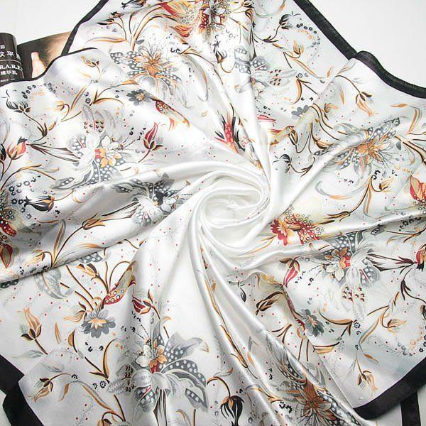 Nádherná dámska šatka s motívom kvetín v čierno-bielej farbe