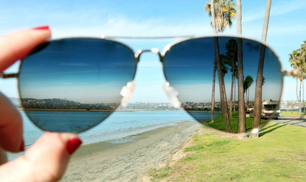 Slnečné okuliare a polarizácia vs. ochrana očí.