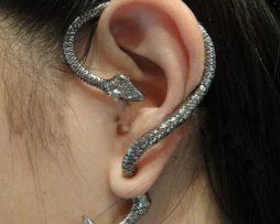 Prepracovaná piercing náušnica v tvare hada