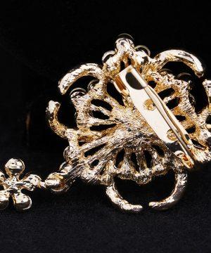 Prepracovaná zlatá brošňa s brúsenými krištáľmi