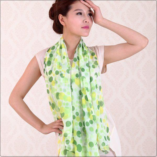 Elegantný šál s bodkami v zelenej farbe