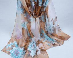Elegantný šál so vzorom kvetín v kávovo-hnedej farbe