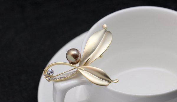 Brošňa na šaty v tvare lístkov s perlou