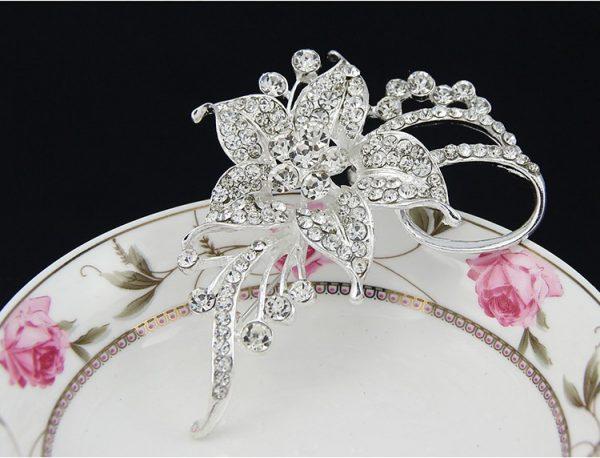 Strieborná brošňa vo v tvare kvetiny s kryštálmi