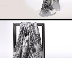Luxusná hodvábna šatka s kvetinovým vzorom v striebornej farbe