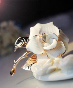 Prepracovaná brošňa v tvare bielej ruže