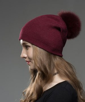 Dámska čiapka z kašmíru s brmbolcom z líšky bordová