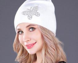 Dámska čiapka v rôznych farbách so šperkom