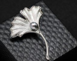 Luxusná brošňa v tvare prepracovanej kvetiny s perlou