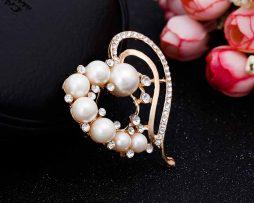 Prepracovaná brošňa s perlami a kryštálmi v tvare srdca