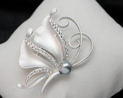 Luxusná brošňa v tvare prepracovaného motýľa