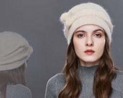 Dámska čiapka s brmbolčekmi z bavlny vo farbách