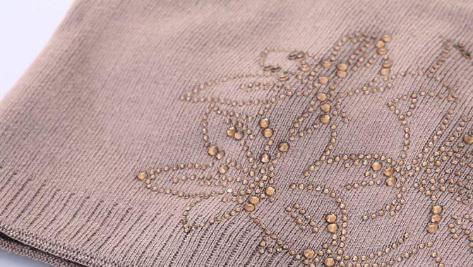 Dámska čiapka s kryštálovými kvietkami z bavlny vo farbách