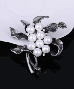 Luxusná brošňa v tvare kvetiny s perlami