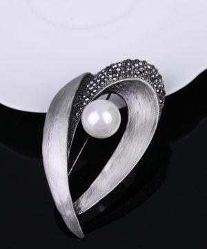 Luxusná brošňa v tvare slzy s perlou vo vintage štýle