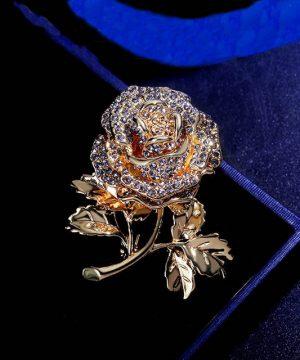 Luxusná zlatá brošňa v tvare ruže s kryštálikmi