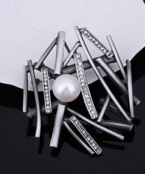 Výnimočná brošňa v tvare hniezda s bielou perlou