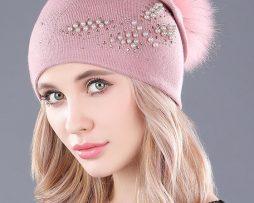 Dámska čiapka z kašmíru s brmbolcom a motýľom z perál