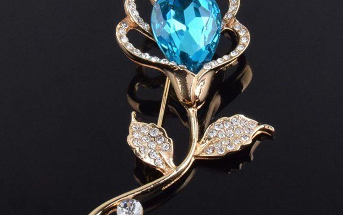 Elegantná brošňa v tvare kvetu s modrým kryštálom