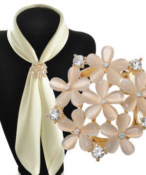 Elegantná zlatá brošňa s béžovými kvietkami a kryštálikmi