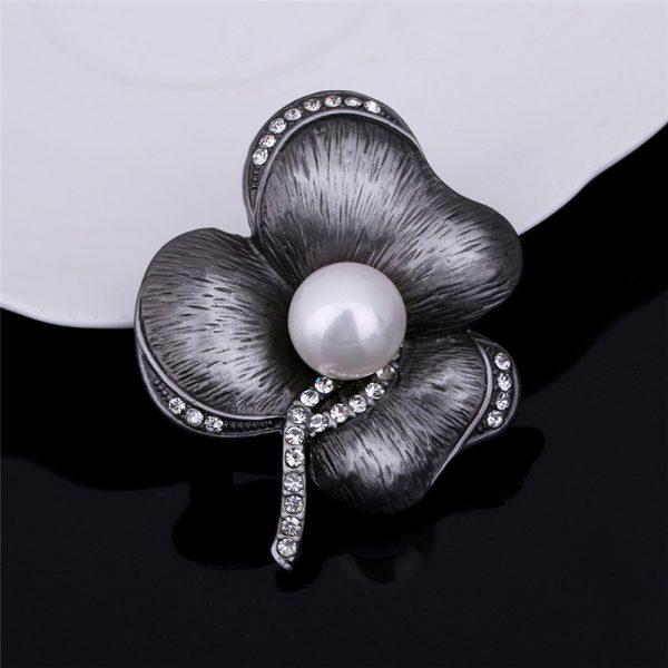 Jedinečná vintage brošňa v tvare kvetu s bielou perlou