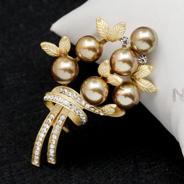 Luxusná brošňa v tvare perlovej kytice s kryštálikmi