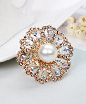 Nádherná zlatá brošňa s prepracovaným dizajnom, bielou perlou a kryštálikmi