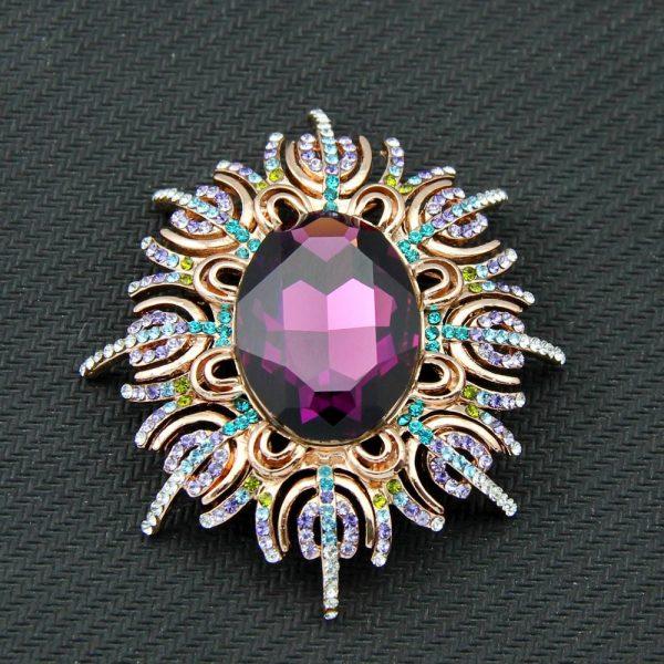 Prepracovaná brošňa s fialovým kryštálom a farebnými kamienkami