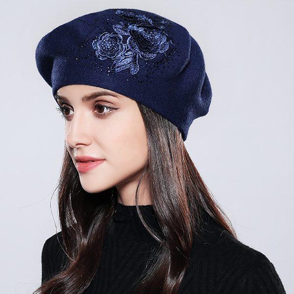 1152ce854 Dámska elegantná baretka s kvetom v rôznych farbách · Luxusné a ...