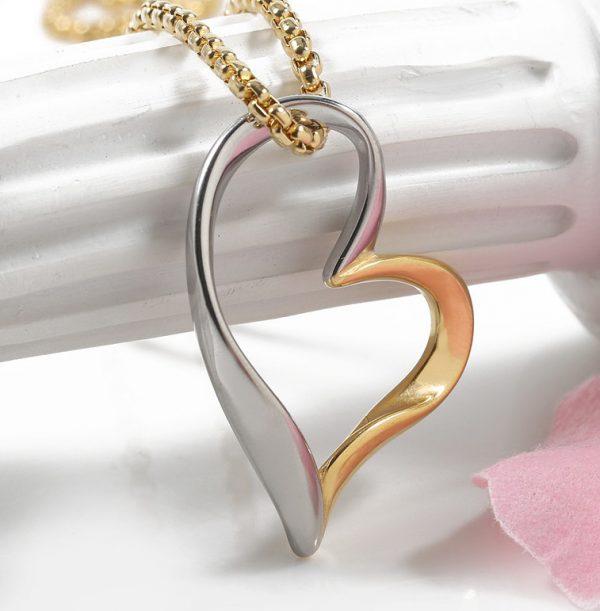 Elegantný prívesok v tvare srdca v strieborno-zlatom prevedení