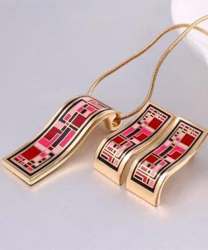 Elegantný šperkový set - naušnice + náhrdelníkv zlatej farbe. Šperková súprava obsahuje náušnice aj prívesok v tvare obdĺžnika.Tento elegantný a jedinečný šperkový set je vyrobený z kvalitného kovu.
