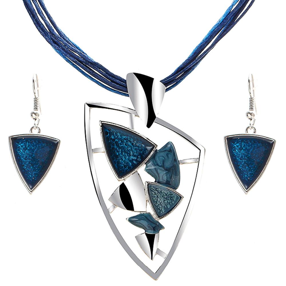 182f865871fe Jedinečný šperkový set v tvare trojuholníka v rôznych farbách