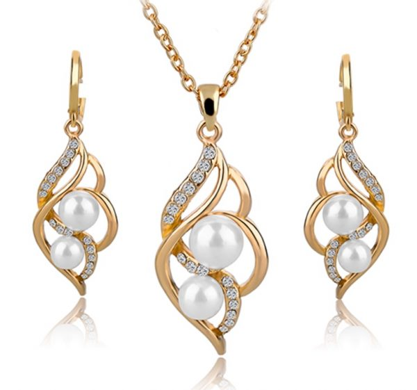 Luxusný šperkový set v zlatom prevedení s kryštálikmi a bielymi perlami