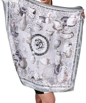 Elegantná dámska šatka s jedinečným vzorom v striebornej farbe