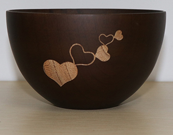 Elegantná miska z tmavého dreva so srdiečkami