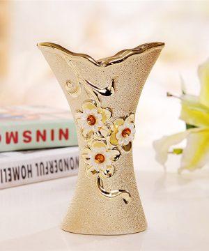 Elegantná porcelánová váza s kvetmi a kryštálikmi v zlatej farbe