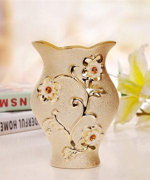 Elegantná porcelánová váza s unikátnym dizajnom, kvetmi a kryštálikmi v zlatej farbe