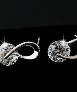 Elegantné jednoduché naušnice s kryštálikom