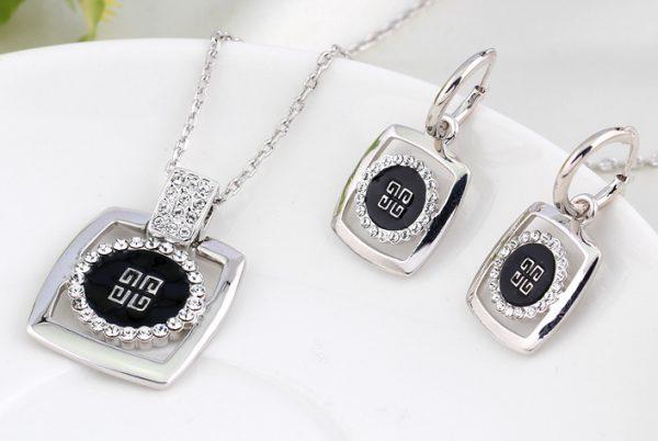 Elegantný šperkový set - naušnice + náhrdelník, v strieborno-čiernom prevedení s kryštálikmi