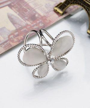 Jednoduchý trojprstenec v tvare motýľa v striebornej farbe