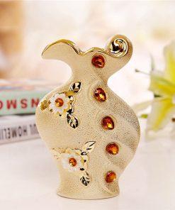 Luxusná porcelánová váza s kvetmi a kryštálikmi v zlatej farbe