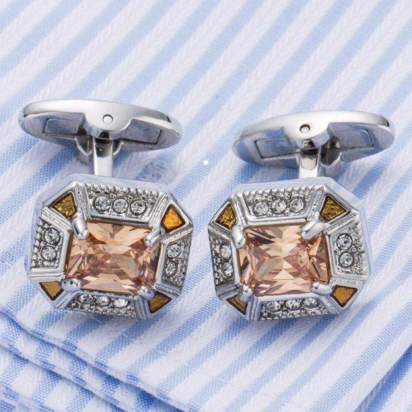 Prepracované manžetové gombíky s kryštálikmi súkreatívny darček pre každého muža či chlapca. Manžety sú v tvare osemuholníka a ich povrch krásne dozdobujú kryštáliky. Ich dizajn pridáva štýl a jedinečný temperament Vášmu obleku